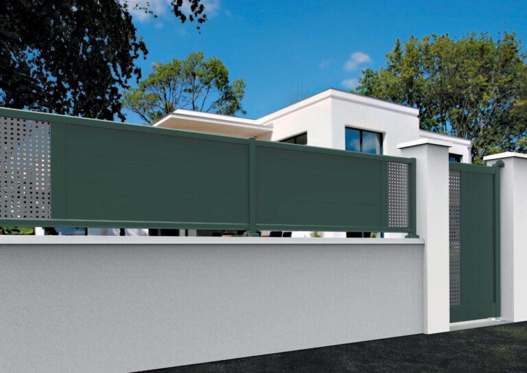 Portail battant en aluminium MAYO13_CL_P2SI Clôture lames horizontales 200 mm + décor tôle en style inox