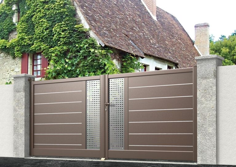 Portail battant en aluminium MALO31_B_S2SI Lames verticales 200 mm avec liserés + décor tôle en style inox