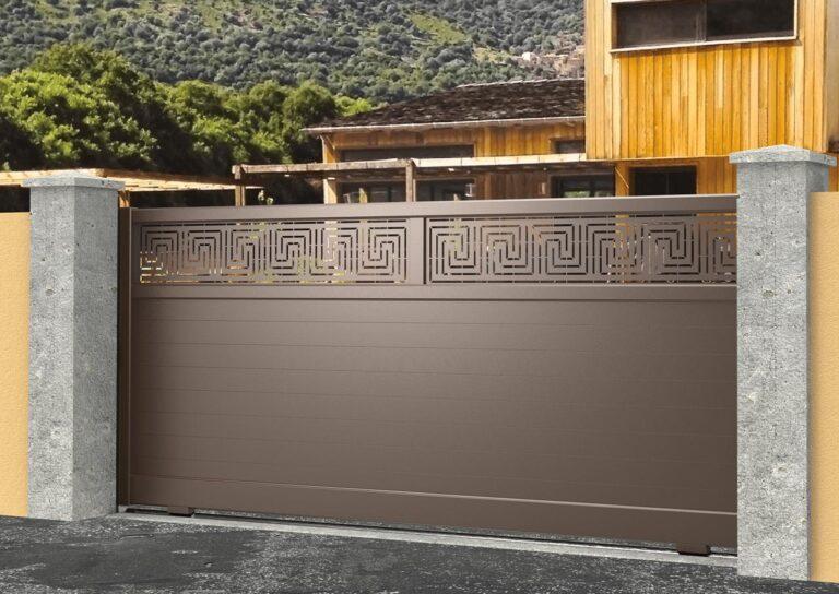Portail battant en aluminium ATAC23_C1_P1TL Lames 120 mm horizontales + décor tôle labyrinthe