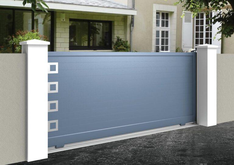 Portail battant en aluminium GANY09_C1_P1 Lames horizontales 120 mm + décor carrés creux
