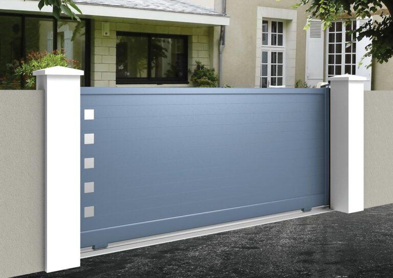 Portail battant en aluminium GANY10_C1_P1 Lames horizontales 120 mm + décor carrés pleins