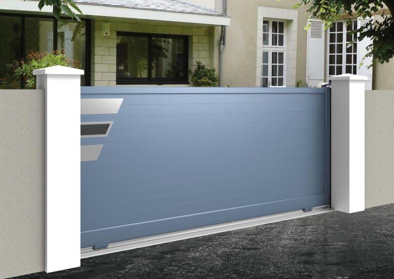 Portail battant en aluminium GANY25_C1_P1 Lames horizontales 120 mm + décor biseaux de pierre